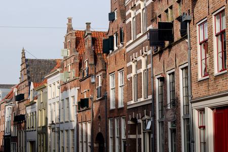Oude binnenstad - Doorkijkje in Deventer - foto door Erik-54 op 08-04-2021 - locatie: Deventer, Nederland - deze foto bevat: oud, histirie, geschiedenis, architectuur, gebouwen, straatje, straat, gebouw, venster, lucht, armatuur, buurt, huis, facade, waterweg, stad, weg