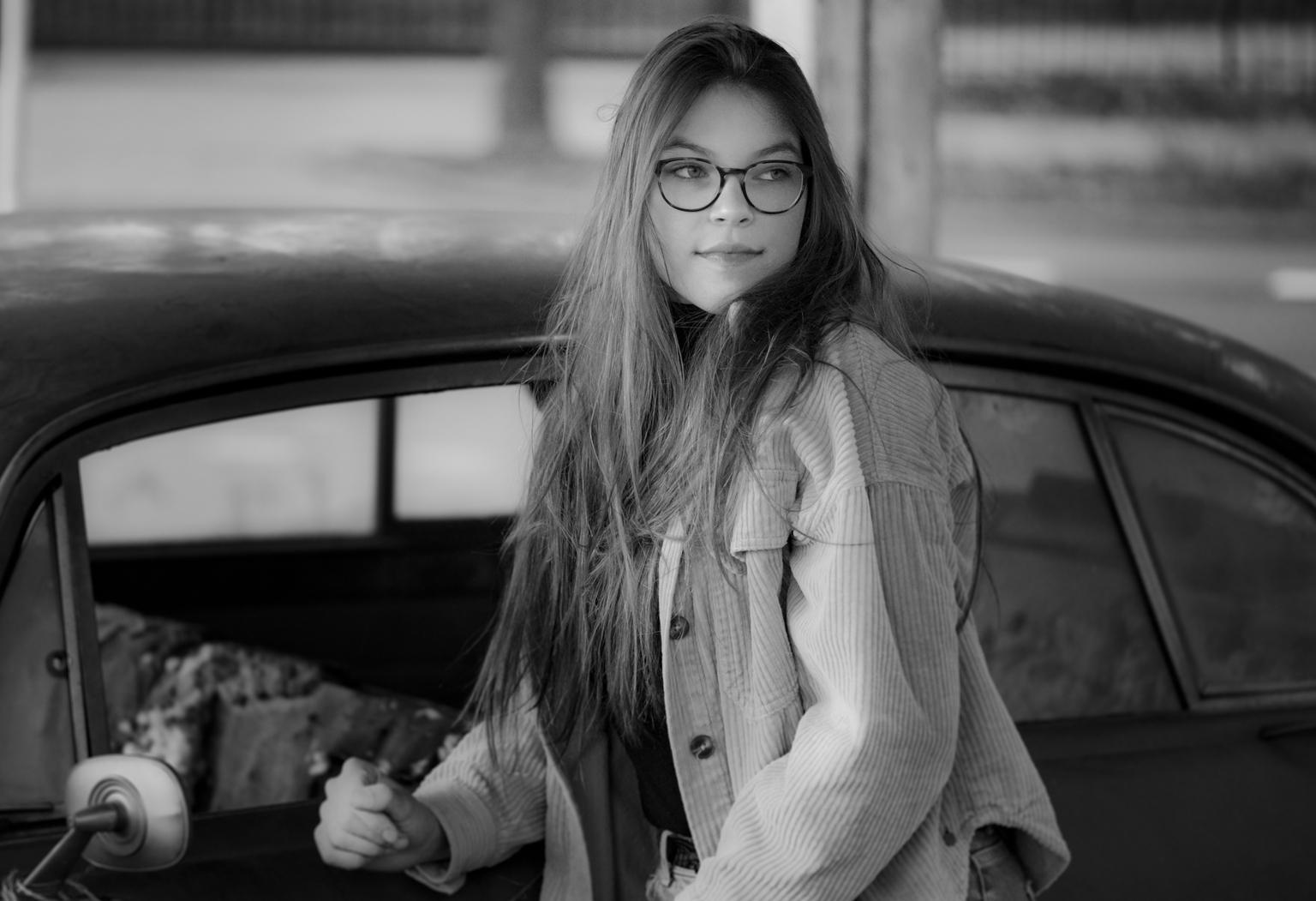 Mandy. - Model Mandy, bij een klasieke Jaguar mark X - foto door Kompieter op 11-04-2021 - locatie: Best, Nederland - deze foto bevat: bril, auto, kapsel, fotograaf, oogzorg, voertuig, wit, motorvoertuig, automotive verlichting, automotive ontwerp