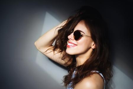 Lucy - manuele lens Helios 44-2 58/2 - foto door jankoolka op 12-04-2021 - deze foto bevat: portret, licht, vrouw, zonnebril, manuellens, stijl, lip, glimlach, oogzorg, lippenstift, wenkbrauw, wimper, flitsfotografie, kaak, stofbril, nek