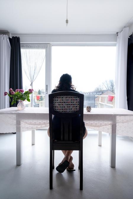 2021 - Lockdown 2021 - foto door esmeralda160867 op 12-04-2021 - locatie: Breda, Nederland - deze foto bevat: corona, lockdown, 2021, thuis, blijfthuis, tafel, meubilair, fabriek, gebouw, venster, gordijn, hout, schaduw, huis, interieur ontwerp