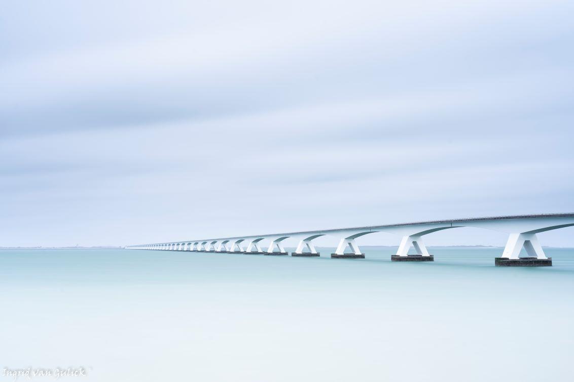 Zeelandbrug in high key - Met bewolkt weer deze foto gemaakt in high key - foto door ingridvangulick op 14-04-2021 - deze foto bevat: brug, zee, water, high key, wolk, water, lucht, vloeistof, balkbrug, horizon, meer, betonnen brug, brug, balkbrug