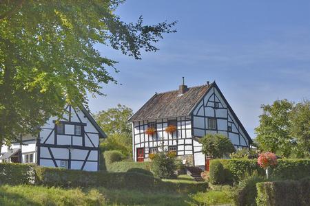 Vakwerkhuizen - Eén  van de vele pareltjes  van  Zuid-Limburg - foto door gerardwb op 14-04-2021 - locatie: 6285 Epen, Nederland - deze foto bevat: fabriek, lucht, eigendom, venster, gebouw, wolk, natuurlijk landschap, boom, land veel, huis