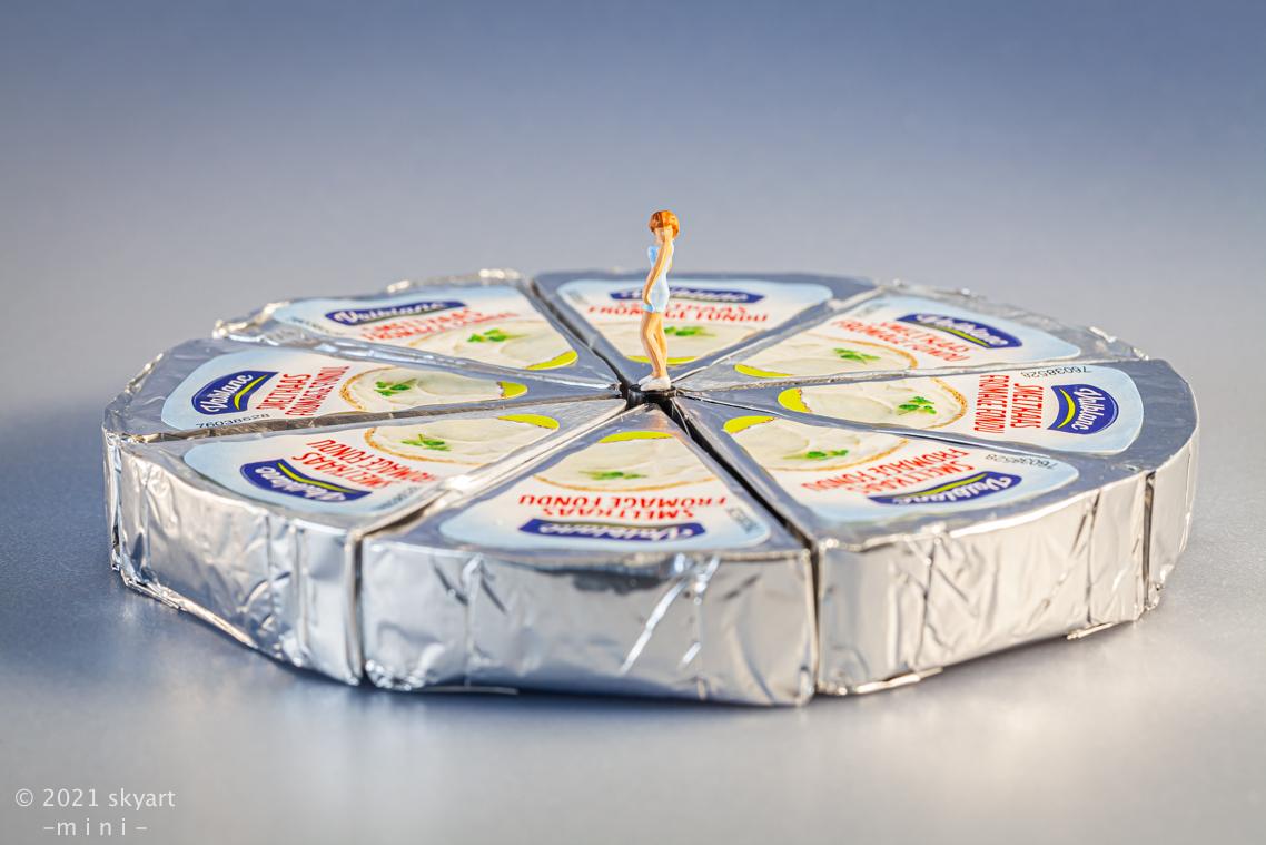 Smeltkaasje - mini - foto door skyart op 12-04-2021 - deze foto bevat: humor, mini figuren, stilleven, macro, overig, kleur, lettertype, cirkel, evenement, rechthoek, symmetrie, elektrisch blauw, patroon, plastic, spellen, gebakken goederen