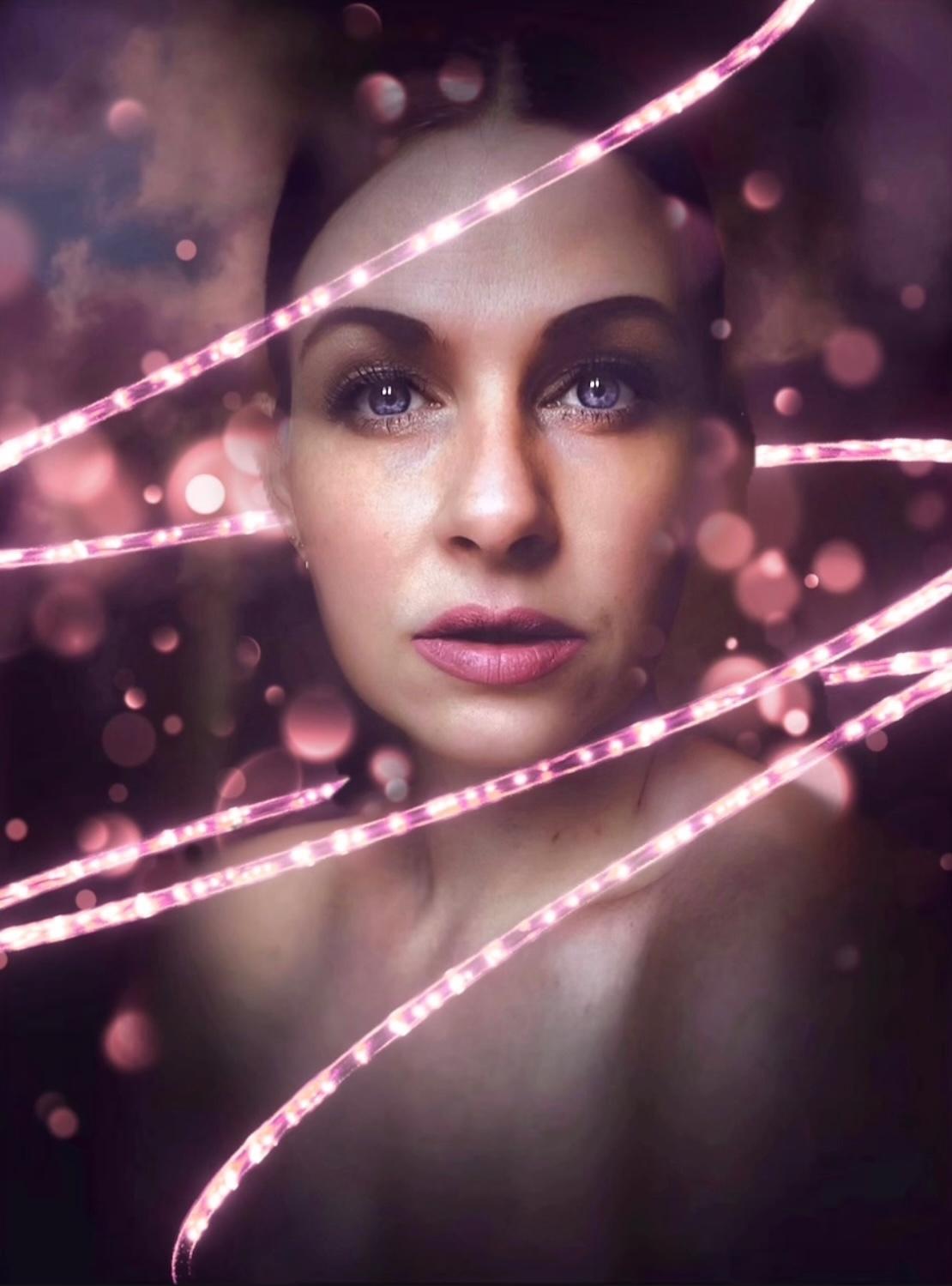 N E O N - .. - foto door Ogenblikfoto op 15-04-2021 - deze foto bevat: neon, fineart, portret, vrouw, ogen, selfie, zelfportret, paars, wolken, lippen, lippenstift, roze, lip, wenkbrauw, wimper, purper, flitsfotografie, roze, muziek artiest, vermaak, paars, cg-illustraties