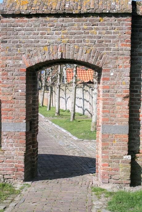 Poortje in muur om de Grote Kerk te Veere
