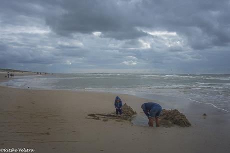 Samen een zandkasteel bouwen.