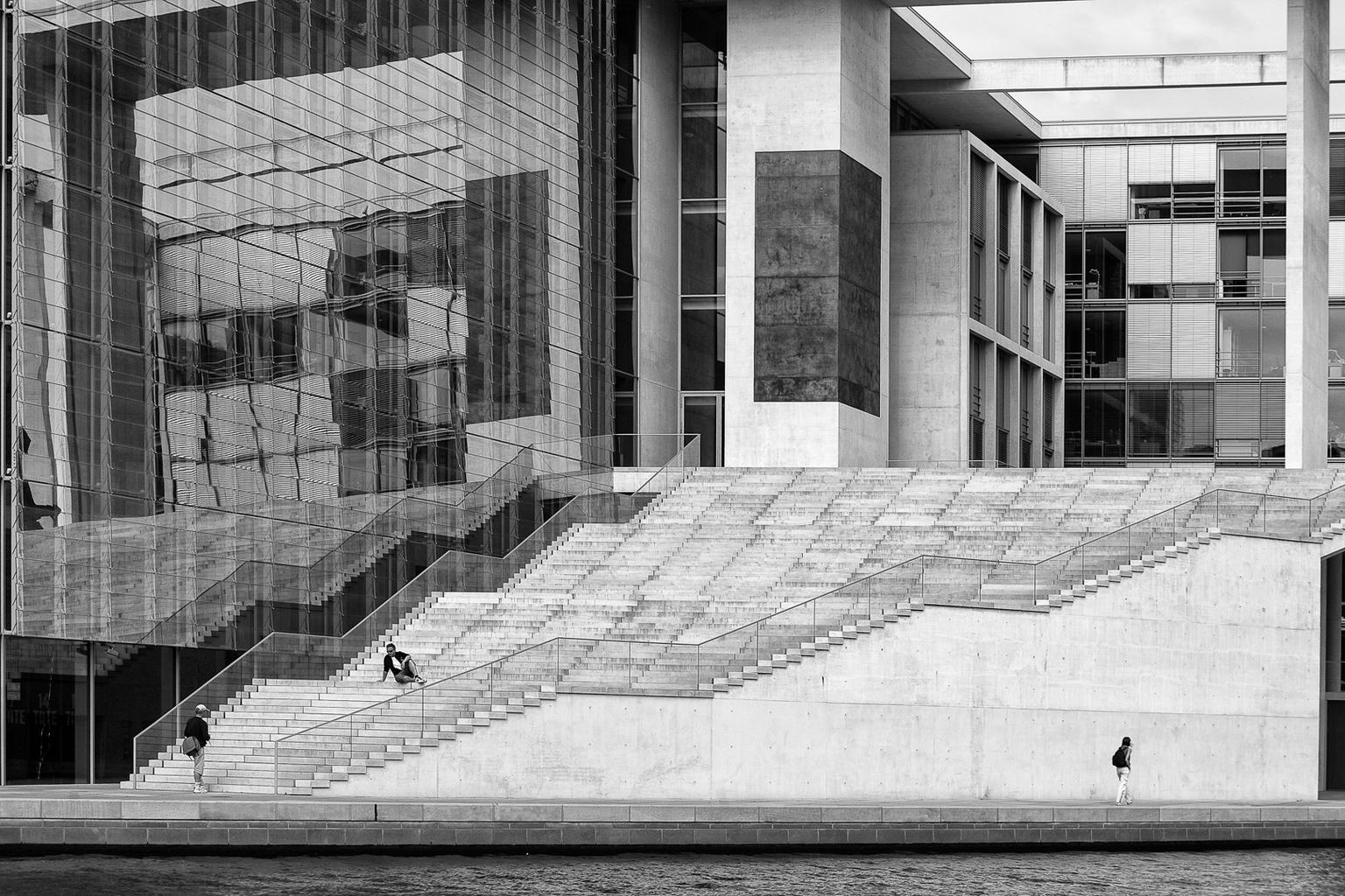 Paul Loebe Haus - De trappen van een van de parlementsgebouwen in Berlijn aan de oever van de Spree - foto door viterson op 13-04-2021 - locatie: Berlijn, Duitsland - deze foto bevat: zwart/wit, monochroom, architectuur, zwart, rechthoek, zwart en wit, stijl, stedelijk ontwerp, muur, materiële eigenschap, venster, steen, facade