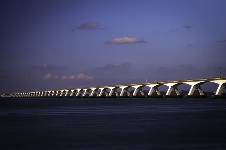 The bridge - Vandaag naar een fotogeniek punt geweest om ook daar eens een plaatje te schieten ..deze kant van de brug vanmorgen in de zon . Samen met een 10 stop - foto door Dirk-66 op 13-04-2021 - deze foto bevat: hdr, filter, natuur, gebouw, brug, lightroom, wolk, lucht, atmosfeer, watervoorraden, water, schemer, nagloeien, balkbrug, horizon, brug