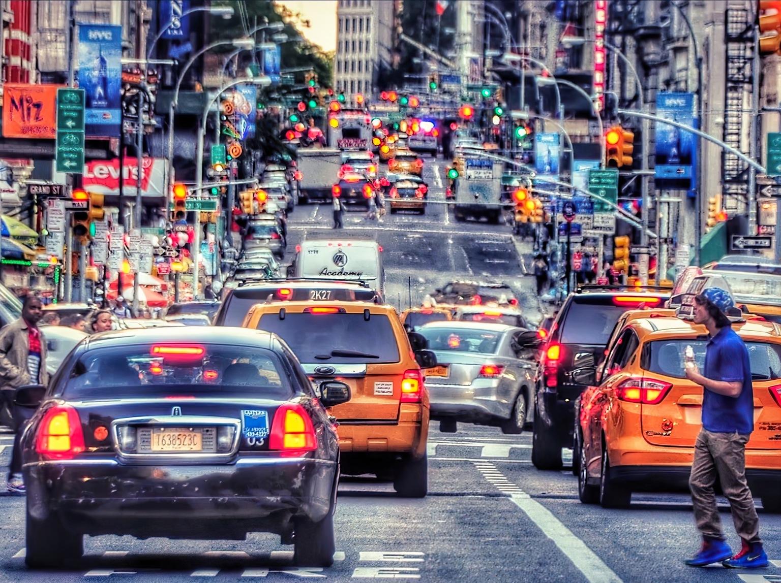 Traffic jam - Traffic jam on Fifth Avenue  - foto door Straub op 10-04-2021 - locatie: 5th Ave, New York, NY, Verenigde Staten - deze foto bevat: auto, landvoertuig, voertuig, wiel, parkeerlicht voor auto's, band, fotograaf, motorvoertuig, automotive verlichting, kentekenplaat van het voertuig