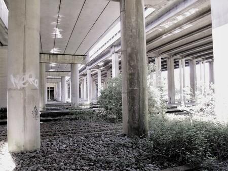 Viaduct - Onder de wegen. - foto door Jongelensen op 12-04-2021 - locatie: Amsterdam, Nederland - deze foto bevat: fabriek, gebouw, verdieping, hout, muur, schaduw, plafond, tinten en schakeringen, symmetrie, vloeren