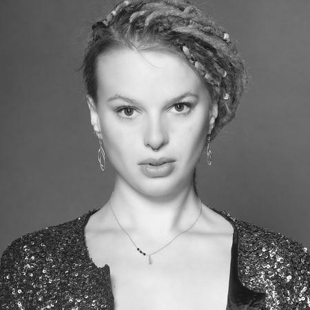 Nicole (I) - Veel belovend  alternatief  model @nicole_gerber_model - foto door MichaelG5 op 13-04-2021 - locatie: Leiden, Nederland - deze foto bevat: blond, monochroom, ogen, vrouw, aantrekkelijk, voorhoofd, haar, lip, kin, wenkbrauw, schouder, wimper, wit, nek, flitsfotografie