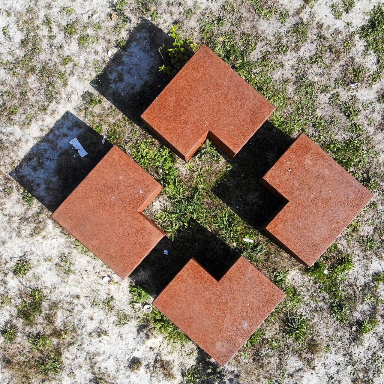 Met z'n vieren - Kunst in de bossen bij Dorst - foto door fotorik op 10-04-2021 - locatie: 4849 Dorst, Nederland - deze foto bevat: rechthoek, weg oppervlak, gras, steen, lettertype, kunst, materiële eigenschap, tinten en schakeringen, kruis, stedelijk ontwerp