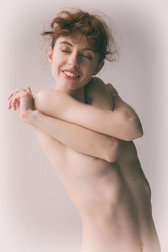 Happy - Karolina - foto door jhslotboom op 14-04-2021 - deze foto bevat: haar, gezamenlijk, huid, lip, glimlach, hand, arm, schouder, nek, flitsfotografie