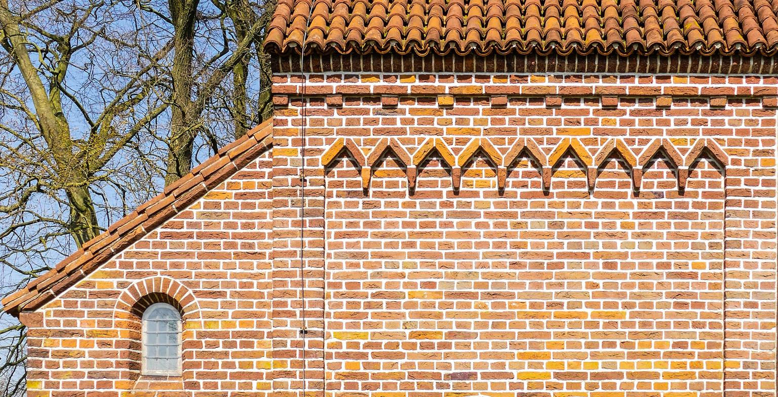 Detail Galluskerk - Hier een detailfoto van de Galluskerk waar ik eerder 2 foto's van plaatste. (Groot zien)  Iedereen bedankt voor alle reacties en waarderingen bij mij - foto door 53jan op 20-04-2021 - locatie: 6986 Angerlo, Nederland - deze foto bevat: galluskerk, angerlo, venster, amber, metselwerk, hout, steen, boom, dak, facade, symmetrie, patroon