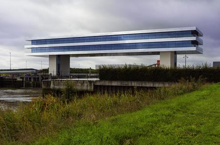 Photography - Architectuur - foto door focuscabrio op 14-04-2021 - locatie: 9140 Temse, België - deze foto bevat: wolk, fabriek, lucht, water, natuurlijk landschap, gras, landelijk gebied, schaduw, rechthoek, grass familie