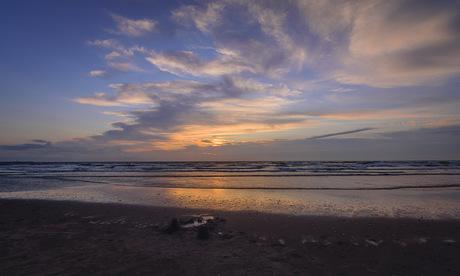 zonsondergang over een verlaten zandkasteel