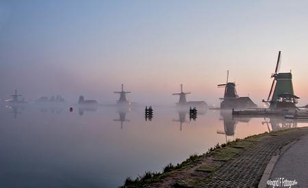 In de mist - Vroeg van huis naar de Zaanse schans als je hoort dat er mist komt,wat een geluksochtnd werd dat. De zon kwam ook nog en hebben daar uurtjes genoten - foto door if.veld op 12-04-2021 - locatie: Zaanstad, Nederland - deze foto bevat: water, lucht, nagloeien, meer, toren, lichaam van water, wolk, schemer, atmosferisch fenomeen, horizon