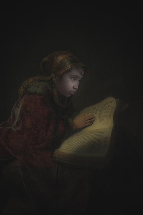 De vernieuwde versie 'de oude lezende vrouw' van Rembrandt van Rijn