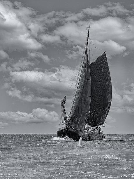 Oude tjalk op de Waddenzee