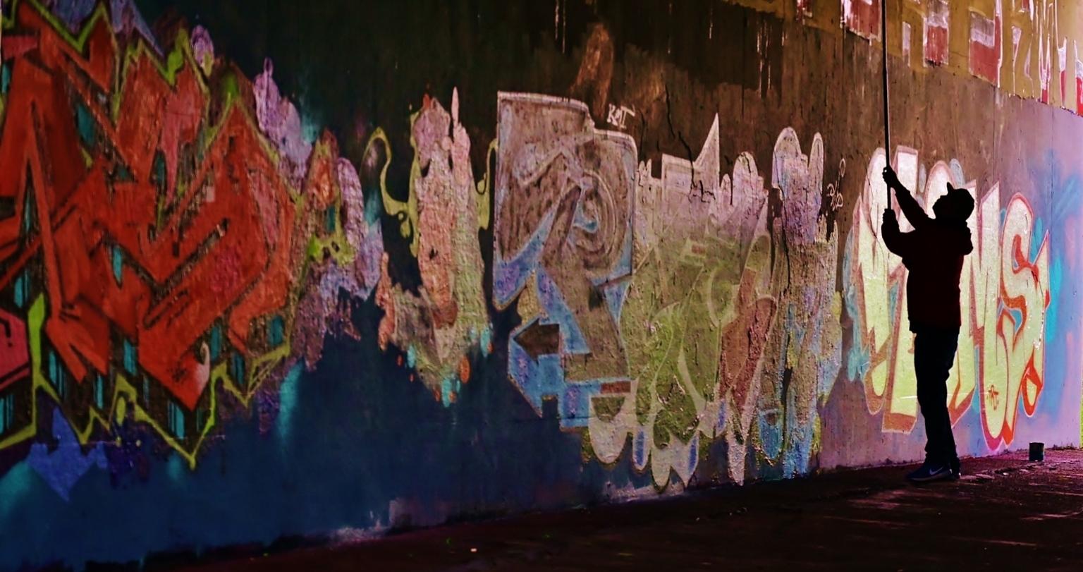 Master Art..... - ..... gespot deze kunstenaar aan het werk bij de viaduct aan de  Wantijdijk  nabij de N3. - foto door f.arts1 op 16-04-2021 - locatie: Wantijdijk, Dordrecht, Nederland - deze foto bevat: kunst verf, wereld, verf, roze, lijn, muur, artiest, graffiti, kunst, tinten en schakeringen