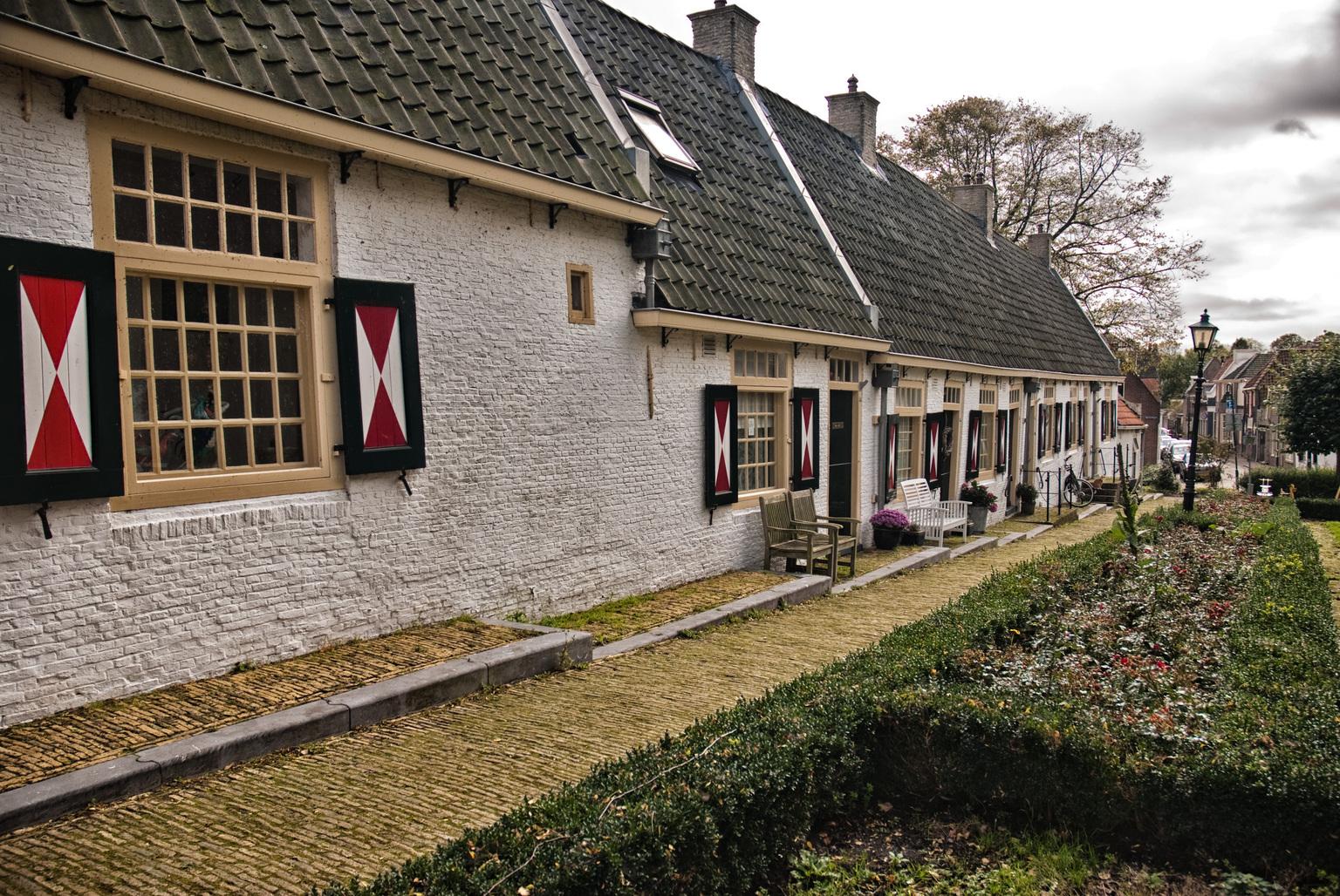 hofje - Hofje in Medemblik - foto door joukevdveen op 11-04-2021 - locatie: 1671 Medemblik, Nederland - deze foto bevat: fabriek, gebouw, venster, eigendom, wolk, lucht, huis, boom, door, hout