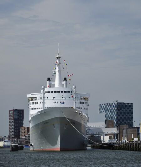 ss Rotterdam - ss rotterdam - foto door mploeg-2701 op 11-04-2021 - locatie: Rotterdam, Nederland - deze foto bevat: water, wolk, lucht, boot, waterscooters, naval architectuur, voertuig, vloeistof, gebouw, schip
