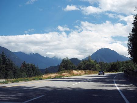 On the Road - Alweer bezig met mijn zoveelste 'corona' project. Nu aan het uitzoeken van talloze foto's gemaakt tijdens een reis naar British Columbia wat jaren ge - foto door Lilian2010 op 16-04-2021 - locatie: Brits-Columbia, Canada - deze foto bevat: canada, british columbia, reizen, weg, bergen, wolken, rook, wolk, lucht, fabriek, berg, boom, natuurlijk landschap, hoogland, weg oppervlak, asfalt, voertuig
