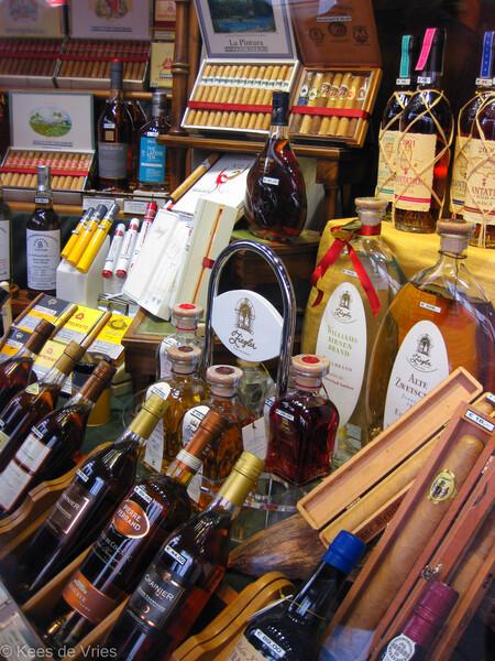 Genieten - Etalage van winkel in Riquewihr - foto door KdV59 op 05-05-2021 - locatie: 68340 Riquewihr, Frankrijk - deze foto bevat: fles, kleinhandel, drinken, alcoholische drank, flesdop, heel eten, gemakswinkel, alcohol, marktplaats, likeur