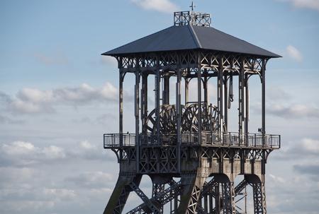 Schachtbok C-Mine - De oudste schachtbok van het Kempens bekken, één van de twee schachtbokken op de C-Minesite.  Op deze gerenoveerde mijnsite vindt je naast de oudste  - foto door JboFoto op 10-04-2021 - locatie: C-Mine, 3600 Genk, België - deze foto bevat: mijnverleden, oude industrie, industriele architec, staalbouw, schachtbok, wolk, lucht, gebouw, toren, boom, observatie toren, prieel, outdoor structuur, metaal, nationaal historisch monument