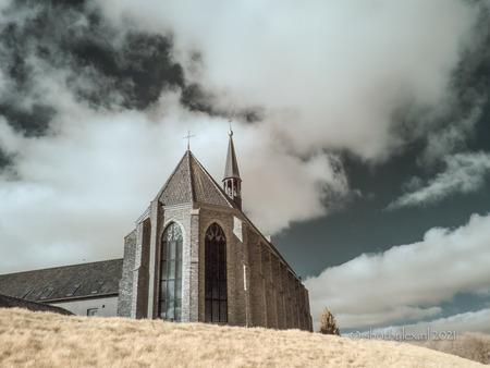 The church on the hill - Kruisherenklooster in St Agathain false color infrarood. Ik gebruik hiervoor een aangepaste camera en een Kolari filter in 665nm infrarood filter.  - foto door meneerlex op 15-04-2021 - locatie: Kloosterlaan 24, 5435 XD Sint Agatha, Nederland - deze foto bevat: infrarood, kerk, klooster, valse kleuren, landschap, lumix, gebouw, architectuur, heuvel, maasheggen, wolk, lucht, atmosfeer, gebouw, venster, atmosferisch fenomeen, zwart en wit, hout, landschap, helling