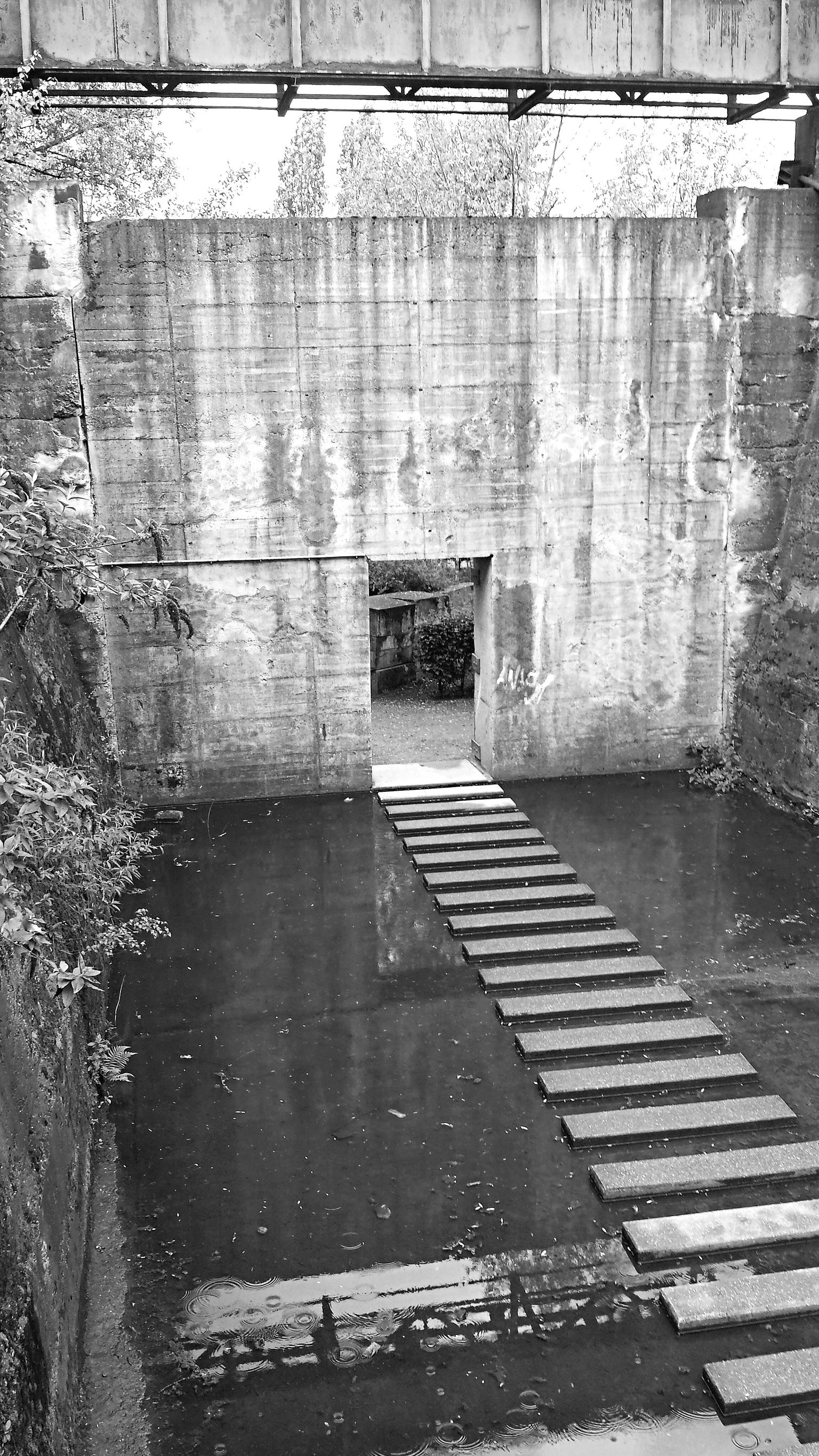 Mystiek - Vervlogen tijden. - foto door DianaVenus op 15-04-2021 - locatie: Duitsland - deze foto bevat: water, watervoorraden, zwart, steen, metselwerk, zwart en wit, waterloop, lichaam van water, stijl, hout