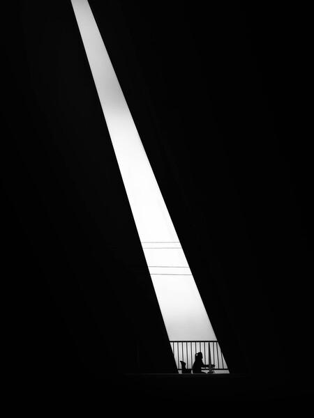 Spotlight - Een minimalistische straatfoto met een grafisch tintje. - foto door gimarezricardo op 04-05-2021 - locatie: Rotterdam Airportplein, 3045 AP Rotterdam, Nederland - deze foto bevat: straat, zwart wit, minimalism, black and white, street, mens, light, shadows, tegenlicht, lucht, automotive ontwerp, rechthoek, tinten en schakeringen, lettertype, plafond, middernacht, automotive verlichting, stad, kolom