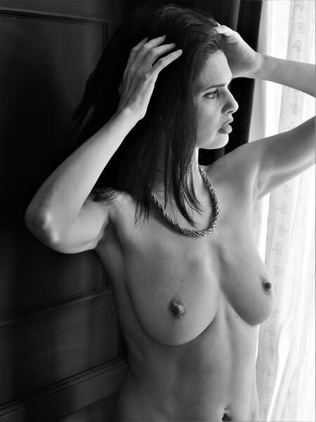 Zoi (zwart/wit) - Model: Zoi - foto door MathieuMagne op 14-04-2021 - deze foto bevat: naakt, zwart/wit, natuurlijk licht, model, vrouw, gezicht, gezamenlijk, lip, kapsel, schouder, arm, wenkbrauw, spier, wimper, nek