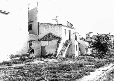 Aan het werk op de boerderij - Aan het werk op de boerderij in Fuengirola - foto door KdV59 op 05-05-2021 - locatie: 29640 Fuengirola, Málaga, Spanje - deze foto bevat: gebouw, fabriek, lucht, zwart en wit, buurt, huis, landelijk gebied, facade, monochrome fotografie, huisje