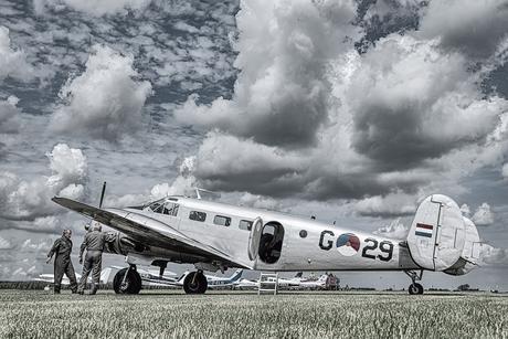 Inspectie van een vliegtuig bij de airshow van Oostwold