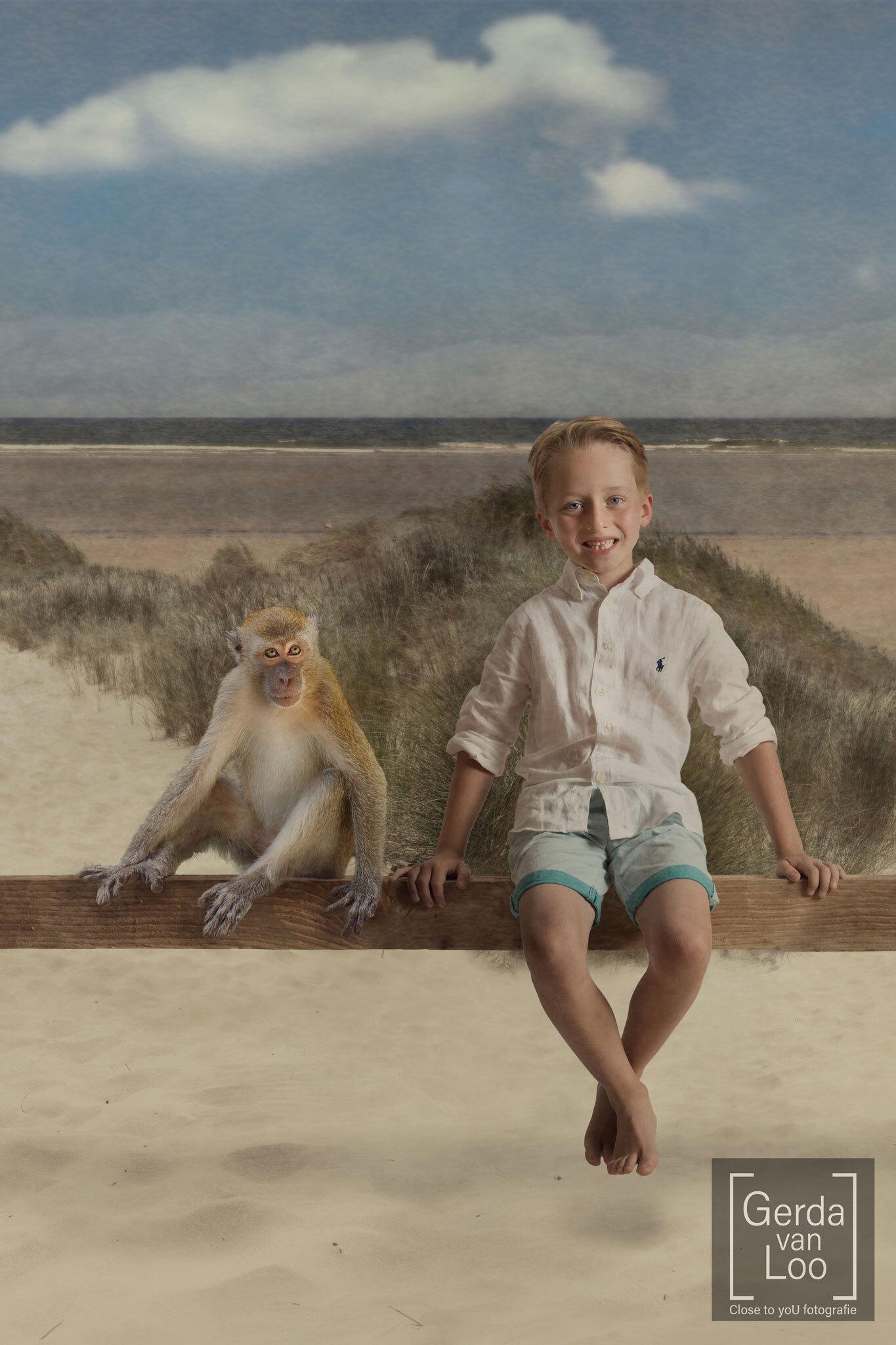 inheritance part 2 - serie speciale kinderportretten gemaakt naar de wensen van de ouders en elk kind heeft zijn/haar favoriete dieren op de foto staan deel 2 van 4 - foto door close.to.yoU.fotografie op 09-04-2021 - deze foto bevat: lucht, wolk, primaat, ecoregio, gewervelde, shorts, zoogdier, gelukkig, mensen in de natuur, landschap