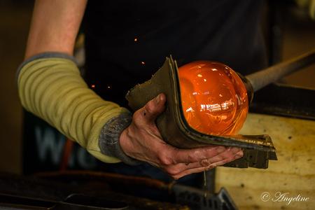 The creation - Glasblazen is een spectaculair ambacht dat alle leeftijden blijft boeien. Het vormen van de hete, stroperige substantie vereist vuur, vaardigheid, pu - foto door AngelinevdK op 19-04-2021 - deze foto bevat: glasblazerij, ambacht, heet, glas, hand, leerdam, museum, vakmanschap, kunst, vrouw, glasblazer, jessica homich, helm, trommel, werkkleding, veiligheidshandschoen, elleboog, ijzerwerker, gas, hout, persoonlijke beschermingsmiddelen, pols