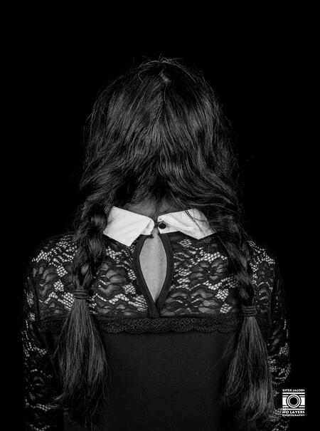 Hidden - Hidden Serie - foto door NoLayersPhotography op 10-04-2021 - deze foto bevat: vrouw, fotoshoot, studio, zwart wit, model, vlechten, haar, jurk, flitsfotografie, mouw, wimper, brillen, pony, mode ontwerp, lang haar, lettertype, monochrome fotografie, duisternis