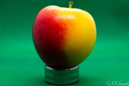 appeltje voor de dorst - Een kleurrijke appel gefotografeerd in een box met groene achtergrond  - foto door ChrisKruisheer op 15-04-2021 - locatie: Lelystad, Nederland - deze foto bevat: voedsel, fruit, fabriek, vloeistof, natuurlijk voedsel, hoofdvoedsel, appel, mcintosh, produceren, superfood