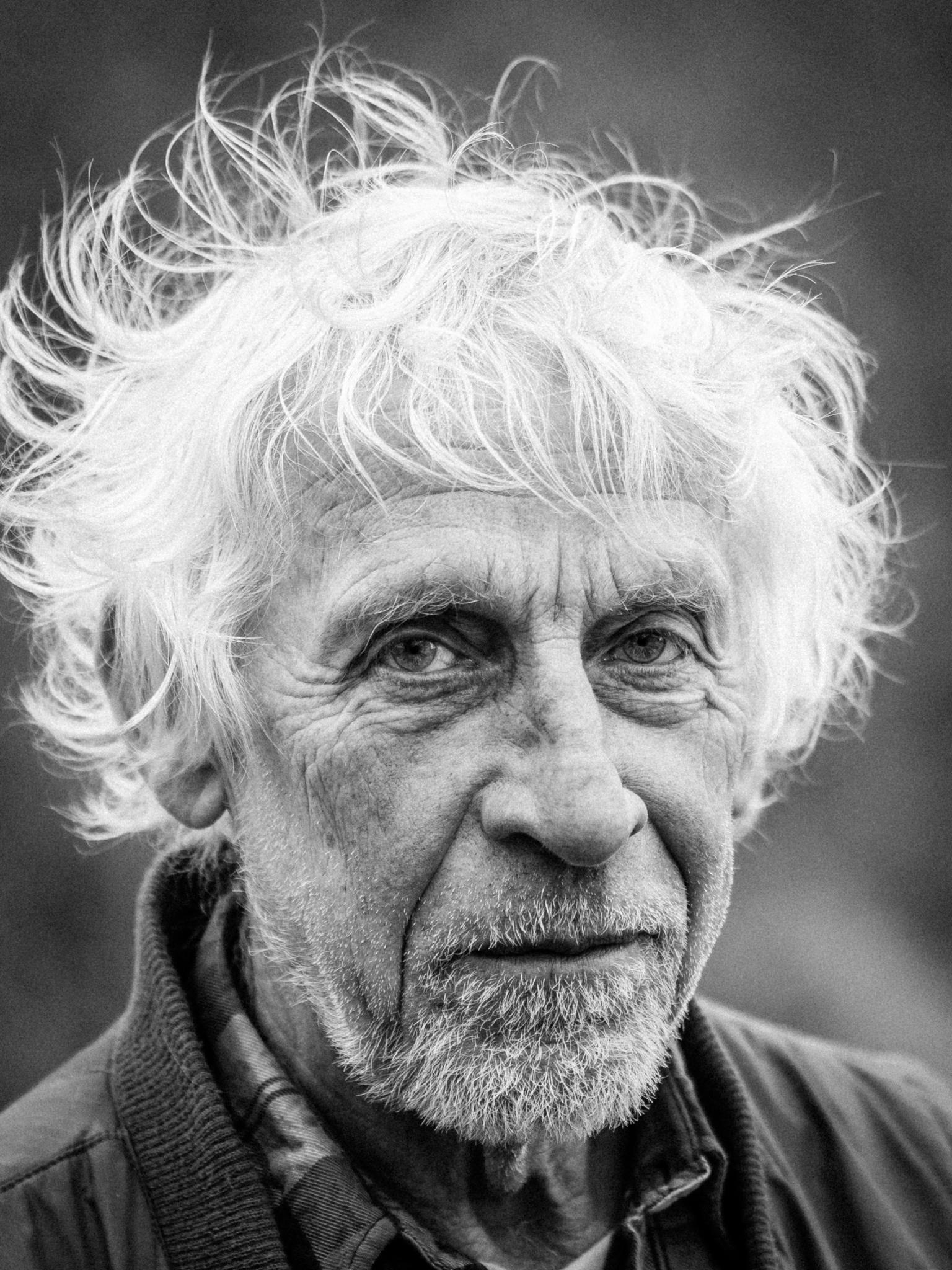 Portret - In Coranatijd kun je niet naar de kapper - foto door JanvanLeeuwe op 15-04-2021 - locatie: Busch en Dam, 1911 Uitgeest, Nederland - deze foto bevat: zw, portret, neus, kin, fotograaf, zwart, kaak, baard, stijl, rimpel, gezichtshaar, monochroom
