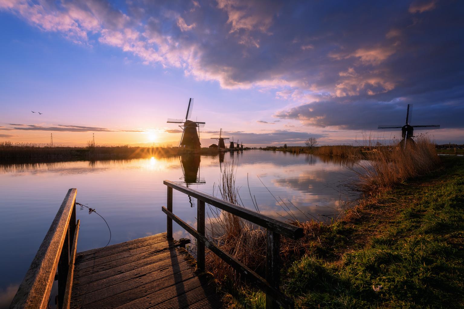 Kinderdijk  - Nog een foto van de mooie zonsopkomst afgelopen donderdag in Kinderdijk. Wat een heerlijk moment was dit. - foto door sanderpeters op 12-04-2021 - locatie: 2961 Kinderdijk, Nederland - deze foto bevat: #molen, #hdr, #reflectie, #brug, #zonsopkomst, wolk, water, lucht, atmosfeer, watervoorraden, fabriek, nagloeien, natuur, natuurlijk landschap, schemer