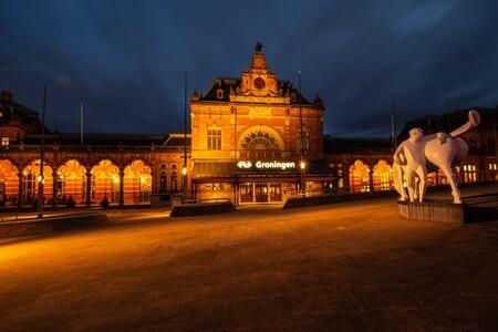 Mooi Groningen - Avondfoto - foto door martinanneke op 15-04-2021 - locatie: Stationsplein 4, 9726 AE Groningen, Nederland - deze foto bevat: lucht, wolk, werkend dier, schemer, kameel, openbare ruimte, stad, facade, kunst, monument