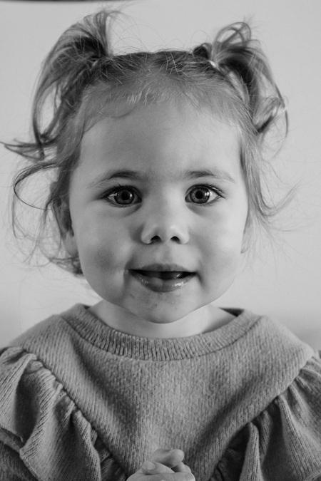 Kleine meisjes worden groot - Na lange tijd maar weer eens de camera onder het stof vandaan gehaald.  Het blijft leuk om mijn nichtje te fotograferen🤍 - foto door Dionice op 08-04-2021 - locatie: 3648 Wilnis, Nederland - deze foto bevat: familie, zwartwit, portret, kleding, haar, neus, wang, huid, lip, kin, glimlach, kapsel, wenkbrauw