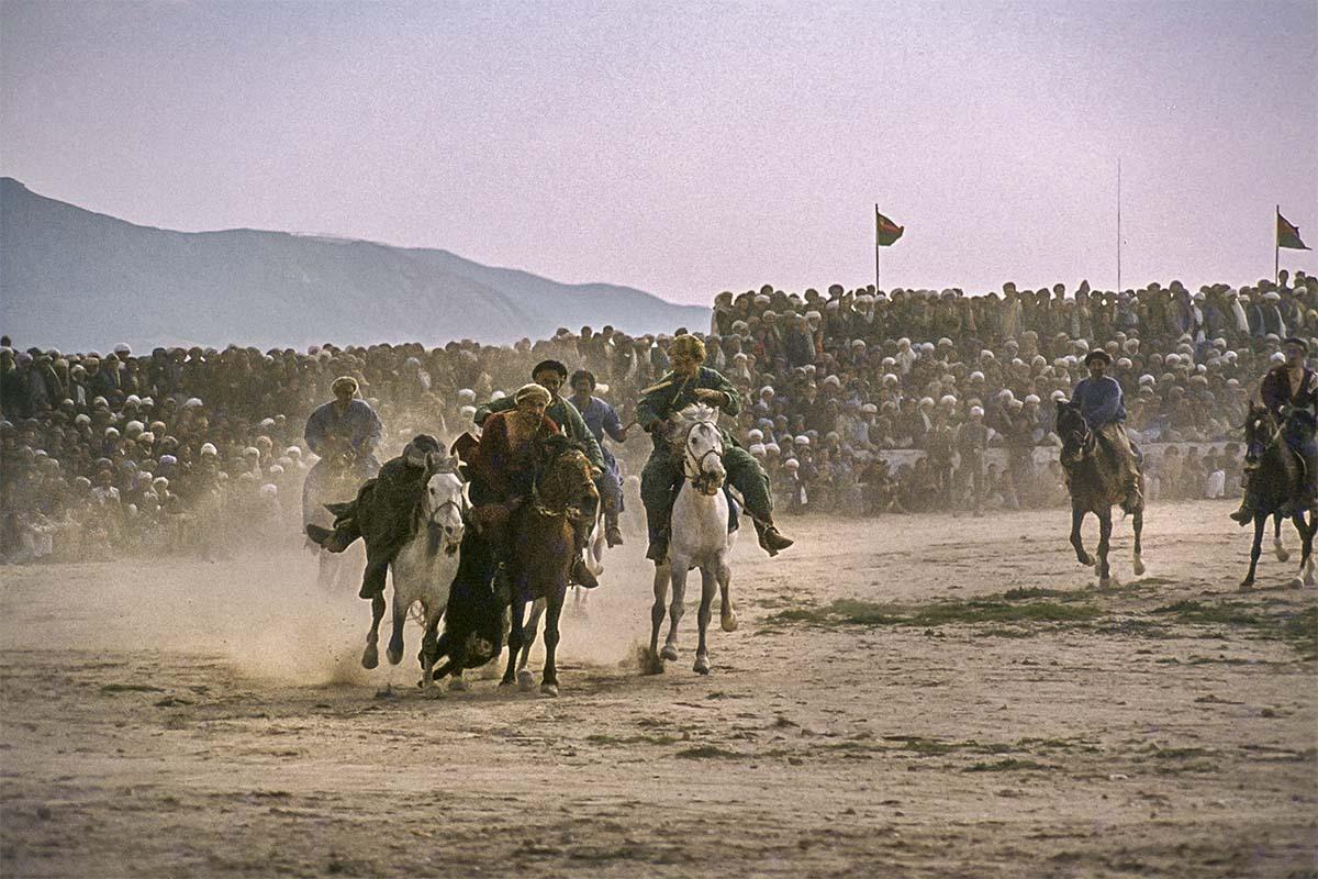 Buzkashi - In 1978 was ik in Afghanistan, mijn 1e fotoreis, alleen. Ik maakte dia's, die heb ik nu gescand en opgeknapt. Het was een geweldig goede ervaring. Hi - foto door robp_zoom op 12-04-2021 - locatie: Mazar-i-Sharif, Afghanistan - deze foto bevat: afghanistan, buzkashi, paard, lucht, ecoregio, werkend dier, paard bedankt, teugel, paardenbenodigdheden, landschap, puur, groeps dier
