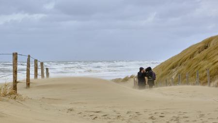 Het waaide er nogal - Strandopgang bij Wassenaar - foto door Eugenio op 11-04-2021 - deze foto bevat: natuur, duinen, wind, strand, zand, wolk, lucht, water, strand, kust- en oceanische landvormen, landschap, horizon, windgolf, zingend zand, zand