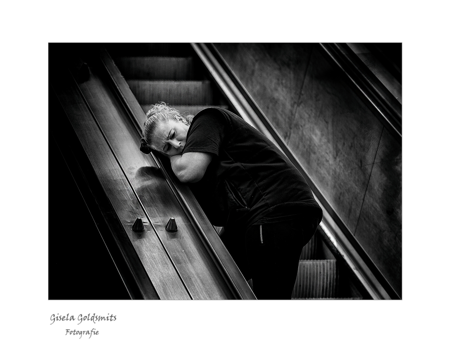 Why I am so Tired - Bedankt voor de mooie reacties  en het kijken naar mijn vorige Upload  ik ben er heel blij mee .   Liefs Gisela - foto door 49-Gisela op 15-04-2021 - deze foto bevat: oog, menselijk lichaam, flitsfotografie, parallel, tinten en schakeringen, monochrome fotografie, monochroom, metaal, symmetrie, duisternis
