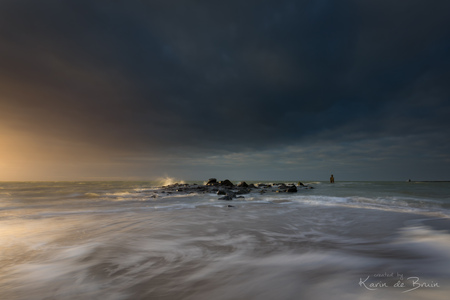 Spring Storm! - Net voordat de bui losbarst heeft de zon nog even de ruimte om de wolken aan te lichten! - foto door KarindeBruin op 07-04-2021 - locatie: Brouwersdam, 3253 MH Ouddorp, Nederland - deze foto bevat: storm, lente, water, brouwersdam, ouddorp, goeree overflakkee, lange sluitertijd, wolken, dreiging, zon, water, wolk, lucht, kust- en oceanische landvormen, windgolf, landschap, horizon, strand, boom, wind