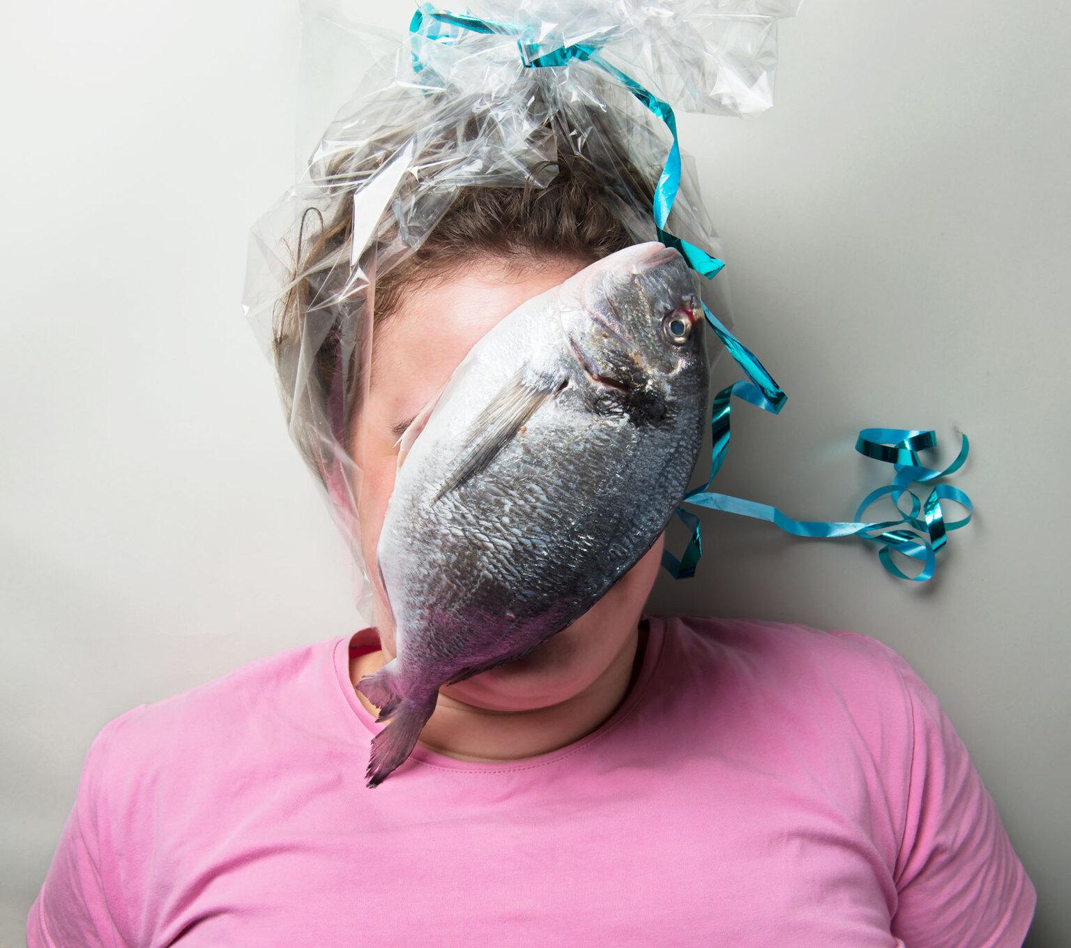 """Louise - Louise is kunstenares en fotografe. Ik noem haar ook wel """"mijn kunstmoeder'. Ze maakt prachtige fotografische stillevens waar ze ook regelmatig echte - foto door SophieVermeulen op 14-04-2021 - deze foto bevat: fish, portrait, still life, fine art, food art, kunstfotografie, humanstillife, kleding, wenkbrauw, vogel, wimper, oor, kaak, nek, veer, bek, grijs"""
