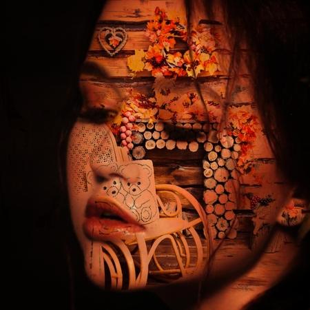 een droombeeld - er gebeurt van alles .... - foto door Gooiseroos op 10-04-2021 - locatie: 1261 Blaricum, Nederland - deze foto bevat: hout, oranje, creatieve kunsten, kunst, venster, tinten en schakeringen, lettertype, artefact, duisternis, patroon