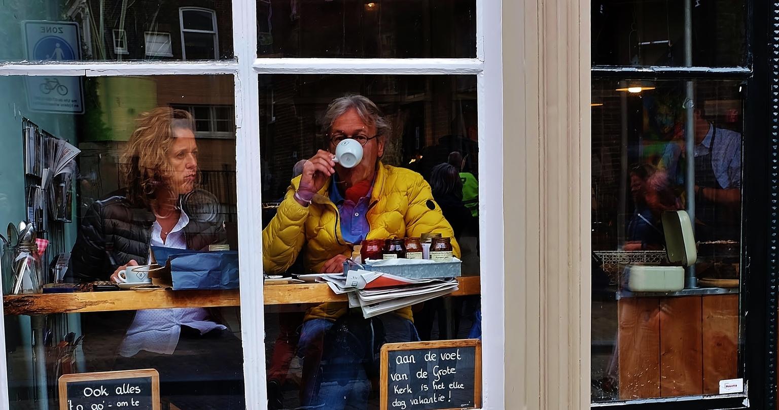 Nobels Brood.... - .... Lunch en koffie corner - foto door f.arts1 op 11-04-2021 - locatie: Grotekerksbuurt, 3311 CA Dordrecht, Nederland - deze foto bevat: microfoon, brillen, evenement, publicatie, vrije tijd, gesprek, zitten, job, kamer, stad